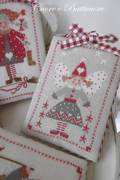 Cuore e Batticuore Xmas Cross Stitch, Cross Stitching, Cross Stitch Embroidery, Hand Embroidery, Cross Stitch Patterns, Christmas Cross, Diy Christmas Gifts, Christmas Tree, Stitch And Angel