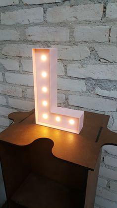Feito em MDF e PS com pintura em laca. Luzes Led com fonte bivolte externa 12V. Botão liga/ desliga. Letras C, I, J,T, Y e L. Altura da letra 24 cm. Pode ser feitas nas cores amarela, vermelha, preta, branca, verde, azul e rosa. No momento da compra escolher a letra e a cor. OBSERVAÇÃO: O FIO E A FONTE SÃO PRETOS. - 73CB82 Room Lights, Wall Lights, Study Desk Organization, Home Decor Shelves, My Dream Home, Script, Table Lamp, House, Green Wall Color