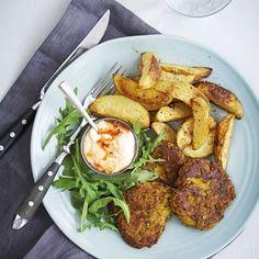 Skär potatisen i klyftor och vänd runt i olja på en ugnsplåt. Salta och rosta mitt i ugnen ca 25 min. Linsbiffar: Blanda alla ingredienser till biffarna till en jämn smet och forma till små biffar...
