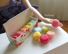 Miniature Macarons Sweet Pastel Pastry Gift Box Patisserie for Scale BJD MSD Gene Tonner Blythe Bjd, Bratz, Kawaii Doll, Doll Display, Doll Food, Tin Containers, Tiny Dolls, Child Doll, Macarons