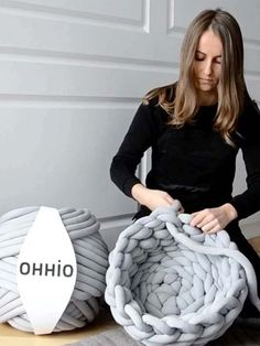 Ohhio Braid is so easy to work with, even a novice could make this cute chunky cat bed. Get a DIY kit or buy ready-made on Kickstarter! Link is in the bio to make big Braids Super Chunky Knit Blankets, Yarns and Knitwear Chunky Blanket, Chunky Yarn, Chunky Knits, Hand Knit Blanket, Knit Pillow, Arm Knitting, Giant Knitting, Vogue Knitting, Knitted Blankets