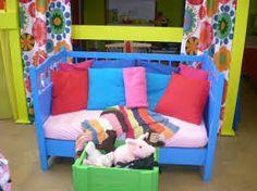 Zetel of bed voor in de poppenhoek, gemaakt van een babybedje