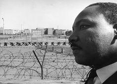 Мартин Лютер Кинг, американский борец за гражданские права, перед заградительной линией между Западным и Восточным Берлином. 13 сентября 1964 года.