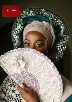 Gorgeous Black and white Sequin Gele Head-Tie, and hand-fan | Ideas for bride at Nigerian traditional Wedding #naijaglamwedding