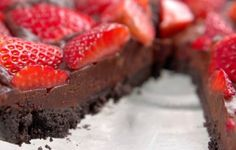 Looking for an easy dessert to serve your sweetheart this Valentine's Day? We've found the perfect one for you. After all, what's a better combination than strawberries and chocolate? This tart is simple, easy-to-make, and no-bake, so you can whip it. Dessert Simple, No Bake Desserts, Easy Desserts, Dessert Recipes, Baked Strawberries, Chocolate Strawberries, Homemade Chocolate, Chocolate Desserts, Vegan Chocolate