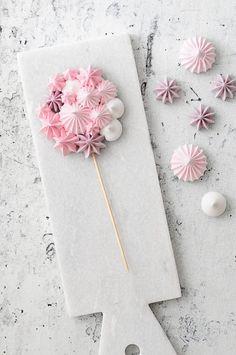 Cake Decorating Techniques, Cake Decorating Tips, Cookie Decorating, Meringue Pavlova, Meringue Desserts, Royal Icing Cookies, Cupcake Cookies, Meringue Kisses, Candy Decorations