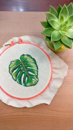 Embroidery Monstera - Bordado a mão livre - Costela de Adão. Embroidery Flowers Pattern, Modern Embroidery, Embroidery Hoop Art, Flower Patterns, Cross Stitch Embroidery, Thread Art, Needle And Thread, Punch Needle, Rococo