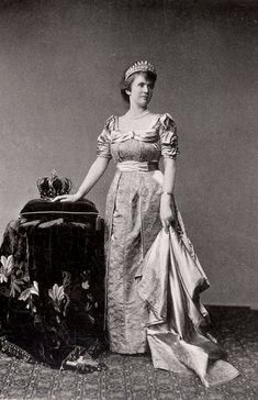 Queen Elisabeth of Romania in her pearl tiara Princess Louise, Princess Daisy, Princess Alice, Princess Alexandra, Victoria Reign, Queen Victoria, Lady Madonna, Old Portraits, Royal Jewelry