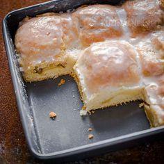 Niezwykle smaczny jabłecznik z połówkami jabłek. Kruche, jednak lekko puszyste ciasto, kwaśne jabłka i lukier tworzą pyszny deser. Składniki 250 g mąki pszennej 1 jajko 150 g kwaśnej śmietany 1 łyżeczka proszku do pieczenia 100 g cukru 150 g masła 5 jabłek Lukier 5 łyżek cukru pudru 1 łyżka kwaśnej śmietany Wykonanie Masło siekamy i dodajemy do mąki wymieszanej z proszkiem do pieczenia, zagniatamy ciasto. Dodajemy śmietanę, cukier i jajko, zagniatamy kruche ciasto. Jeśli jest zbyt rz...