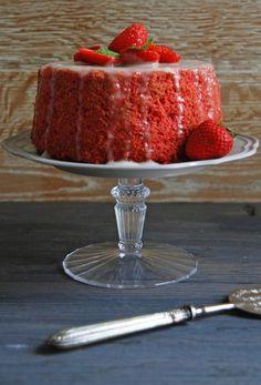 chiffon cake alle fragole con glassa al limone Delicious Cake Recipes, Yummy Cakes, Yummy Food, Easy Recipes, Healthy Food, Types Of Sponge Cake, Mug Cake Microwave, Sweet Corner, American Cake
