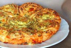 ''przekąska'' opak ciasta franc 200 g mięk sera feta  1 jajko 1 żółtko 3 łyżki śmiet 2 ząb czosn zioła-koperek, pietruszka, estragon, kolendra  2 łyżki masła pieprz, susz oregano  ... do rozgniec.widelcem fety dodać posiekane-zioła, jajko ze śmietaną .  Ciasto rozmrozić, rozwałkować na grub.około 3 mm-  rozłożyć nadzienie. Zawinąć ciasto w dość ciasny roll. Pokroić- ok 8 szt-w wysmar.masłem blaszce ułożyć     kawałki -nie za ciasno,zalać je  pozost. żółtkiem,masło,śmiet  Piec- 170 C- 35…