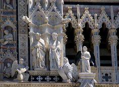 Siena, Piazza del Duomo, Duomo Santa Maria Assunta, Fassade mit Aposteln und Symbolen der Evangelisten Matthäus und Johannes (facade with apostles and symbols of the Evangelists Matthew and John)
