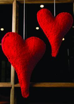 Strikker du et firkantet stykke som du tover, kan du etterpå klippe til ulike former og enkelt lage flott julepynt, slik som disse hjertene til å henge i vinduet.