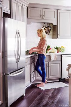 With a newly bought home, comedy writer Erin Foster isn't sure how to pull everything together. With the help from interior designers Es...