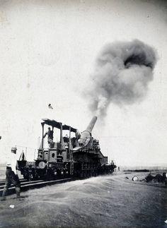 Départ d'un projectile d'artillerie lourde à grande puissance de 320 mm.