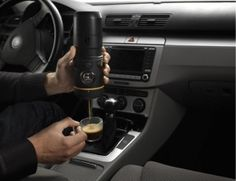 Ein wenig Wasser, ein Kaffeepad und ein 12V Anschluß (Zigarettenanzünder) wird benötigt, um mit der kompakten Handpresso Auto einen leckeren Espresso zu zaubern. Ideal für alle Kaffeeliebhaber, die viel im Auto unterwegs sind. Die Espressomaschine läßt sich zudem auch gut im Getränkehalter platzieren.