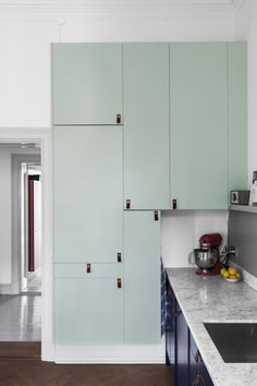 armários cor de menta na cozinha