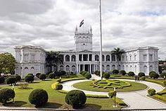 El Paraguai és una república representativa, democràtica i presidencialista en la qual el president del Paraguai és el cap d'Estat i alhora cap de govern en un sistema multipartidista. El president exerceix el poder executiu; el poder legislatiu és ostentat pel Congrés Nacional, un cos bicameral. El poder judicial és independent de l'executiu i del cos legislatiu.