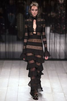 Alexander McQueen Fall 2016 Ready-to-Wear Fashion Show - Ugne Andrijauskaite