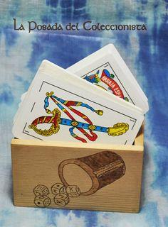 Caja pirograbada para guardar barajas de cartas. Si quieres hacernos una consulta o pedido puedes escribirnos un privado a nuestro facebook o un email a laposadadelcoleccionista@gmail.com