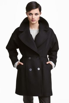 Wool-blend coat: Short, fitted, double-breasted coat in a wool blend with wide notch lapels, side pockets, dropped shoulders and long, tapered sleeves. Lined.