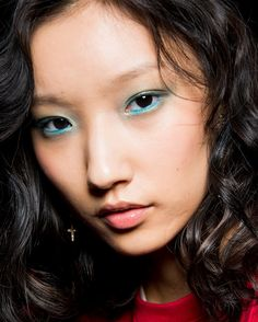Biggest SS 2018 Makeup Trends Straight from NYFW blue eyeshadow