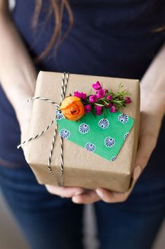 DIY Fresh Flower Gift Tags Add fresh flowers to Mother's Day, birthday and bridal shower gifts! Creative Gift Wrapping, Wrapping Ideas, Creative Gifts, Paper Wrapping, Wrapping Presents, Cute Gifts, Diy Gifts, Handmade Gifts, Pretty Packaging
