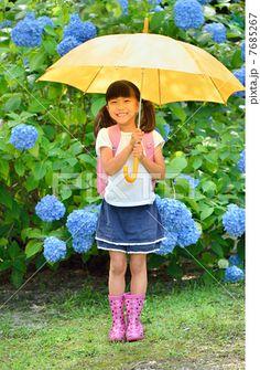 傘をさす小学生の女の子(梅雨)