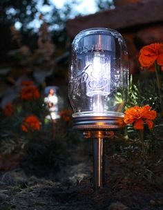 This is a nifty idea! A garden path's solar lights get a vintage makeover when covered with mason jars. The transparent glass allows the sun to power the lamp to shine. Solar Mason Jars, Mason Jar Lamp, Mason Jar Projects, Mason Jar Crafts, Pot Mason Diy, Pots Mason, Unique Garden, Easy Garden, Mason Jar Lighting