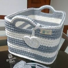 This lindiko is already traveling to Brasilia / DF, delicious thread to work . Crochet Bowl, Crochet Basket Pattern, Knit Basket, Crochet Granny, Baby Knitting Patterns, Crochet Stitches, Knit Crochet, Crochet Patterns, Crochet Baskets