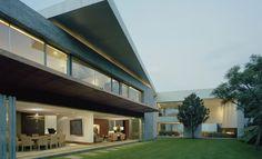 Designed and built by SMA, the Casa Bosques de las Lomas project has a unique contemporary look. Beautiful Architecture, Interior Architecture, Interior Design, Beach House, Exterior, Mexico, House Styles, Building, Modern