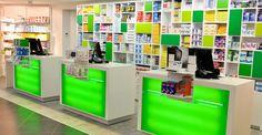 Pharmacie Corbetta à Seynoud, France.  MOBIL M a mis au point une communication forte et propre à déclencher l'intérêt des passants. On retrouve ainsi des  carrés de couleurs qui se déclinent partout dans l'officine – prolongeant le haut de meubles sur les murs et créant des pôles de mise en avant entre les linéaires.