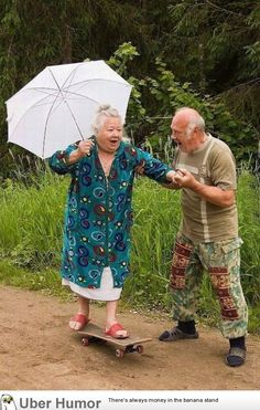 Elderly Couples Prove You're Never Too Old To Have Fun ❤️ Old couples having fun - too cute!❤️ Old couples having fun - too cute! Couples Âgés, Vieux Couples, Elderly Couples, Goofy Couples, Elderly Person, Couples Images, Young Couples, Growing Old Together, Never Too Old