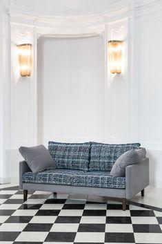 Sofa na drewnianych nóżkach, z oparciem wykonanym z poduszek. Dostępna w dowolnym kolorze. Sofa, Couch, Furniture, Home Decor, Settee, Settee, Couches, Interior Design, Sofas