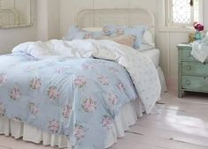 Shabby Chic Is Making a Comeback - PureWow Simply Shabby Chic, Shabby Chic Pink, Shabby Chic Style, Rustic Shabby Chic, Shabby Chic Bedrooms, Shabby Chic Homes, Romantic Bedrooms, Small Bedrooms, Guest Bedrooms