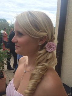 Seitliche Brautfrisur Braut Make-up, Cassie, Diamond Earrings, Fashion, Hairdo Wedding, Moda, Fashion Styles, Fashion Illustrations, Diamond Drop Earrings