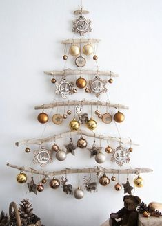 Christmas Decor DIY Ideas To Get Crafting for the Holidays Right Now! – Hello Lovely DIY Bedroom Decor Ideas -Easy Room Decor Projects for Home Painte Driftwood Christmas Tree, Wall Christmas Tree, Christmas Holidays, Wooden Xmas Trees, Different Christmas Trees, Green Christmas, Felt Christmas, Winter Holidays, Christmas Projects