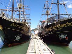 El Paseo de Barco Pirata es uno de las excursiones principales e imperdibles de Florianópolis! 5 horas por el norte de la isla y las playas más lindas