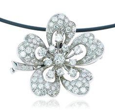 Diamond White Gold Necklace  Diamant-Brillant Anhänger-Brosche  Eine Blüte zum Verlieben.  Diese hinreißende Blume ist mit Diamanten 2,646 ct besetzt und kann sowohl als Brosche wie auch als Anhänger getragen werden.  Die Blütenblätter sind mit 75 im Pavee gefassten Diamanten insgesamt 1,447 ct. besetzt.  In der Mitte glitzern als Blütenstempel 11 Diamanten gehalten in Krappenfassungen.  Bei dem sehr liebevoll gestalteten Schmuckstück ist auch der Stiel mit Diamant Baguettes besetzt.