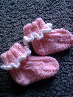 free, but you have to have a book with original pattern. this pattern is an adaptation of original pattern basically just adding the ruffle to the original sock pattern. Crochet Socks, Knit Or Crochet, Knitting Socks, Free Knitting, Knitting For Kids, Baby Knitting Patterns, Knitting Projects, Crochet Baby Booties, Knitted Baby
