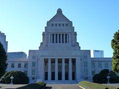 現在の国会議事堂が完成したのは、 1936年(昭和11年)のことですが、 その計画の始まりは、 鹿鳴館などで知られる、 明治時代の欧化政策にまで遡ります。   .   東京を、 壮麗なバロック都市へ改造しようとした、 壮大な計画。   .   その中でも、 不平等条約改正交渉にあたって、 法治国家日本をアピールするために、 特に重要と考えられた建築の一つが、 国会議事堂でした。  ....