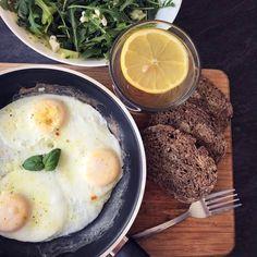 Ochiuri fără ulei cu salată și pâine integrală Mashed Potatoes, Ethnic Recipes, Food, Whipped Potatoes, Smash Potatoes, Essen, Meals, Yemek, Eten