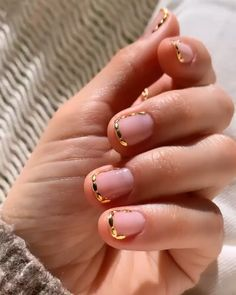 Betina R. Minimalist Nails, Nail Designs Pictures, Nail Art Designs, Neutral Wedding Nails, Clear Nails, Manicure And Pedicure, Gold Manicure, Manicure Ideas, Nail Ideas