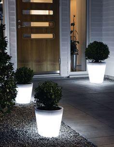 Plantera dina växter i en skimrande blomkruka. Assisi LED-blomkruka lyser upp din uteplats. Finns i två olika storlekar. Pris från cirka 499 kronor, Konstsmide.