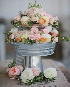 Gente dá pra acreditar que essa torre é só de cupcake e flores? Pura lindeza pra decorar o casório!