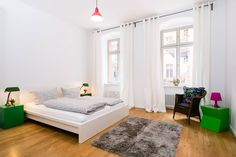 Apartamento en Berlín, Alemania. Same Apartment, same Team, New Account,  For reviews see https://www.airbnb.de/rooms/2649528  Berlins absolute core! 2 rooms, ground floor 70 sq/m flat in residential building  1 double bed  &1 sleeping sofa 1 bathroom/ 1 kitchen  Location, locati...