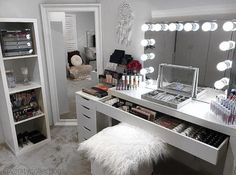 DIY Makeup Room Ideas, Organizer, Storage and Decorating Make Up Desk Vanity, Bedroom Makeup Vanity, Makeup Desk, Vanity Room, Makeup Vanity Tables, Makeup Vanity Organization, Vanity Area, Diy Makeup, Bedroom Setup