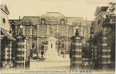 海軍省 > 建物は1894年に完成 ジョサイア・コンドルの官庁建築最後の大作 3階部分にペディメントを据えるという古典主義の定石からは逸脱した異質な作品 戦後に大日本帝国海軍が解体され、建物も保存される事なく徐々に解体されてゆき1985年に完全に撤去された 1949年に中央合同庁舎第1号館が跡地に建てられる事が計画され1954年に本館が完成した