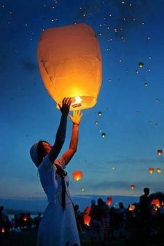 Sky lanterns celebrate Life, celebrate death, a beautiful tribute Floating Lanterns, Sky Lanterns, Flying Paper Lanterns, Floating Lights, Lantern Festival, Wedding Wishes, Art Plastique, Love And Light, Belle Photo