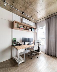 No escritório, a parede de drywall recebeu um reforço interno para suportar o nicho suspenso. Projeto da Liv'n Arquitetura (Foto: Guilherme Pucci/ Divulgação)